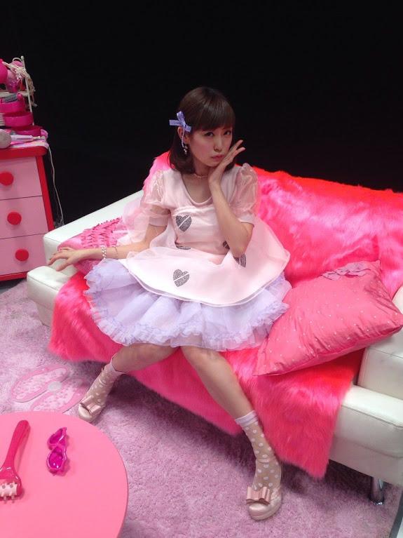 ピンク衣装みるきー撮影中