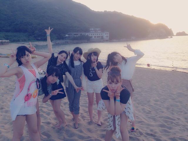 AKB48新聞 HKT48 8人で海 (1)